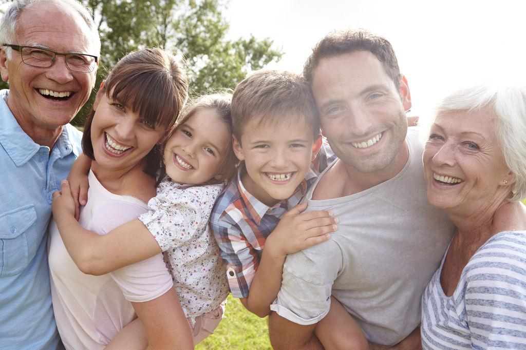 https://www.sophrologue-hyeres.fr/wp-content/uploads/2019/03/Famille-heureuse.jpg